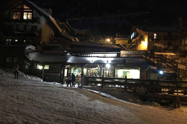 Outside view of Coffee & Food Ski lodge by night